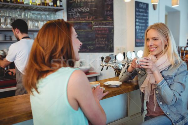 Gelukkig vrouw praten vriend cafe counter Stockfoto © wavebreak_media