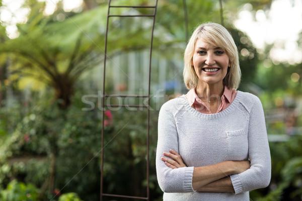 Mulher em pé estufa retrato árvore jardim Foto stock © wavebreak_media