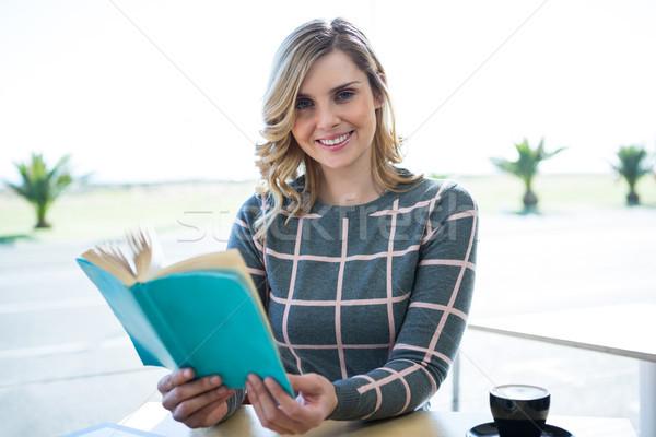 Nő olvas büfé portré mosolygó nő számítógép Stock fotó © wavebreak_media