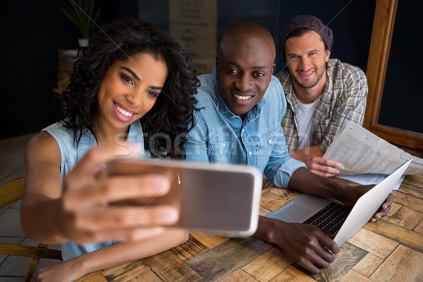 Boldog barátok elvesz fa asztal kávéház telefon Stock fotó © wavebreak_media