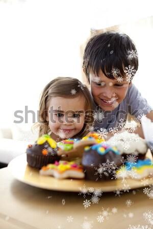 Brat siostra patrząc wyroby cukiernicze kolorowy rodziny Zdjęcia stock © wavebreak_media