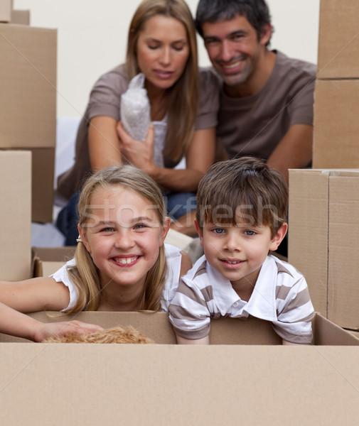 Portré gyerekek dobozok szülők új lakás Stock fotó © wavebreak_media