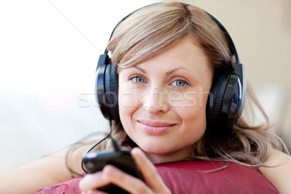 Vrouw luisteren muziek woonkamer home Stockfoto © wavebreak_media
