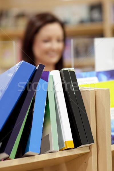 Primo piano scaffale biblioteca femminile cliente libro Foto d'archivio © wavebreak_media