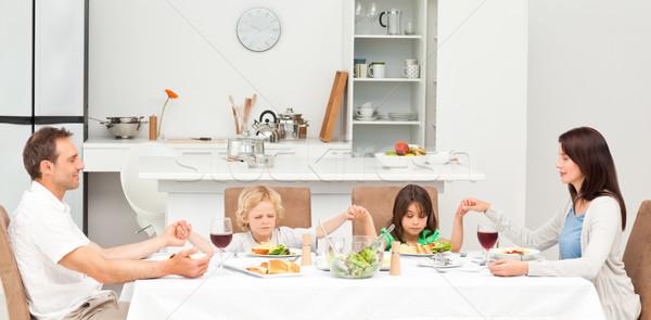 Koncentrált család imádkozik ebéd konyha szeretet Stock fotó © wavebreak_media