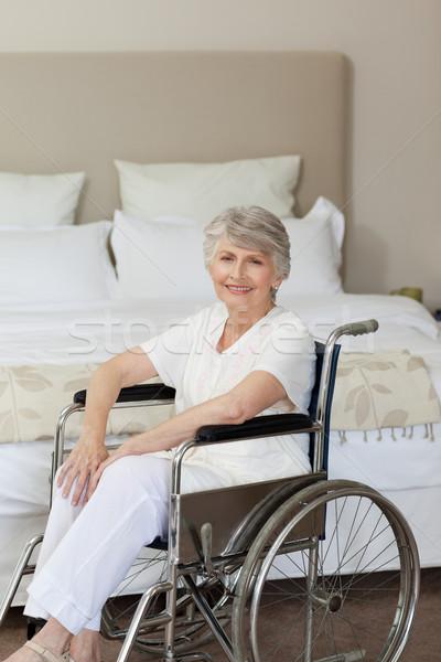 Sonriendo altos mujer silla de ruedas casa médicos Foto stock © wavebreak_media