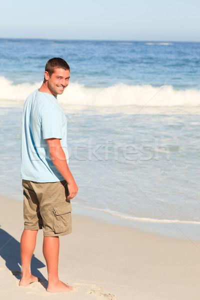 Przystojny mężczyzna spaceru plaży niebo wody człowiek Zdjęcia stock © wavebreak_media