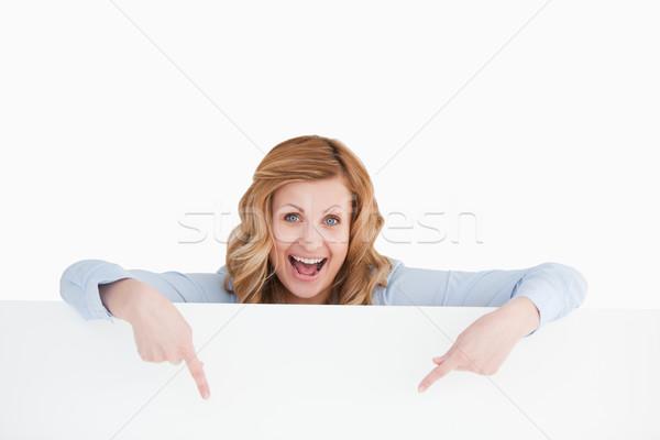 Gelukkig vrouw permanente achter lege Stockfoto © wavebreak_media