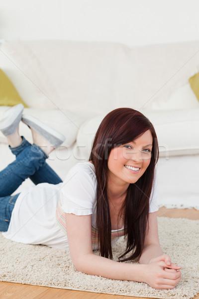 Iyi görünümlü kadın poz halı oturma odası gülümseme Stok fotoğraf © wavebreak_media
