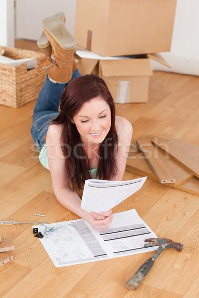 Jól kinéző lány olvas utasítás padló otthon Stock fotó © wavebreak_media