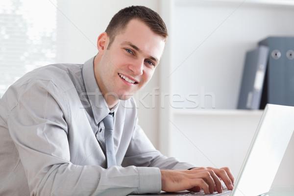 小さな 入力 ノートパソコン ビジネスマン 表 ストックフォト © wavebreak_media
