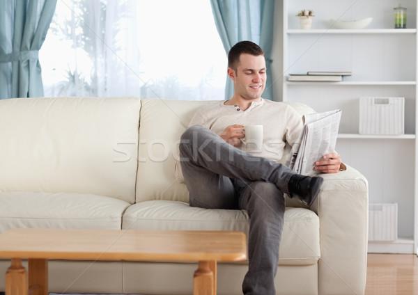 человека кофе чтение Новости гостиной бумаги Сток-фото © wavebreak_media