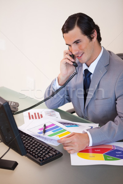 Sonriendo jóvenes empresario hablar estadística teléfono Foto stock © wavebreak_media