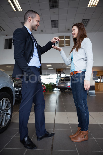 Hombre las llaves del coche mujer garaje feliz empresario Foto stock © wavebreak_media
