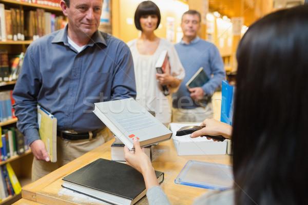 библиотекарь книга человека библиотека столе рабочих Сток-фото © wavebreak_media