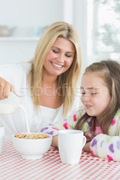 Mère fille céréales déjeuner cuisine femme Photo stock © wavebreak_media