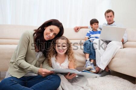 Família leitura história sofá sala de estar mulher Foto stock © wavebreak_media