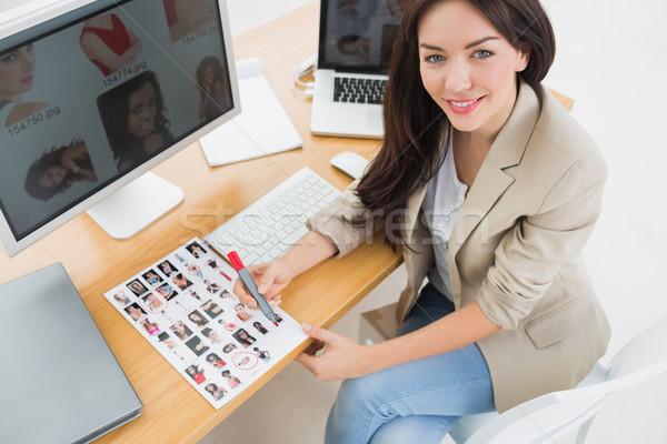 Kobiet artysty posiedzenia biurko komputerów biuro Zdjęcia stock © wavebreak_media