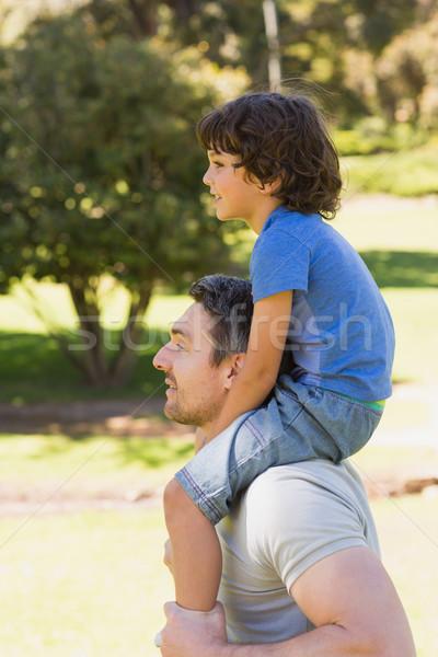Foto d'archivio: Sorridere · uomo · figlio · spalle · parco