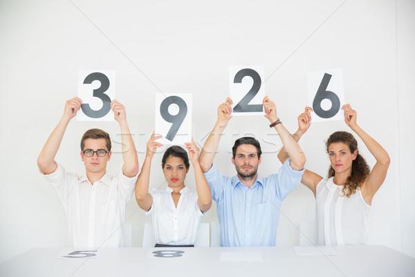 Geschäftsleute halten Punktzahl Karten Porträt Schreibtisch Stock foto © wavebreak_media