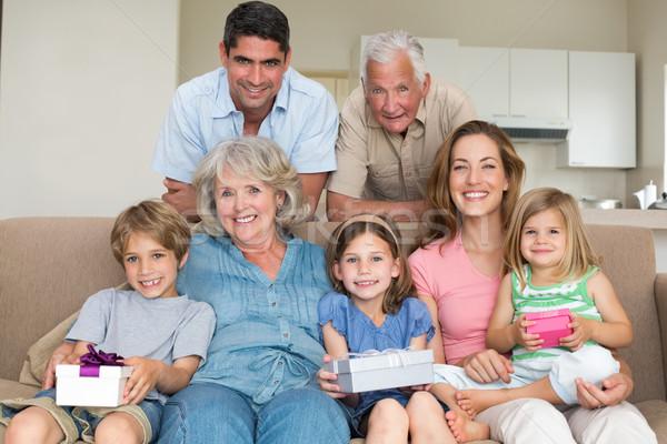 Testvérek tart ajándékok család nappali portré Stock fotó © wavebreak_media