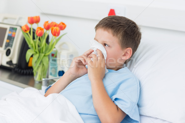 Menino assoar o nariz hospital pequeno cama de hospital Foto stock © wavebreak_media