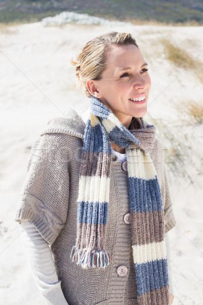 Vonzó mosolyog szőke nő áll tengerpart fényes Stock fotó © wavebreak_media