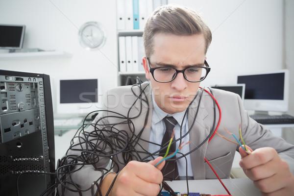 Bilgisayar mühendis çalışma kırık kablolar ofis Stok fotoğraf © wavebreak_media