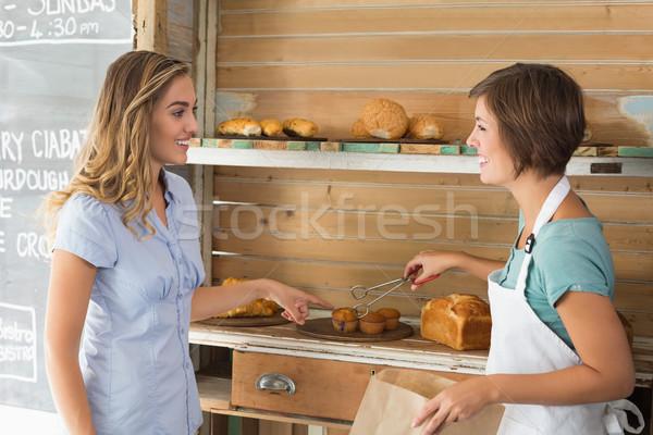 Güzel garson çörek müşteri kahvehane Stok fotoğraf © wavebreak_media