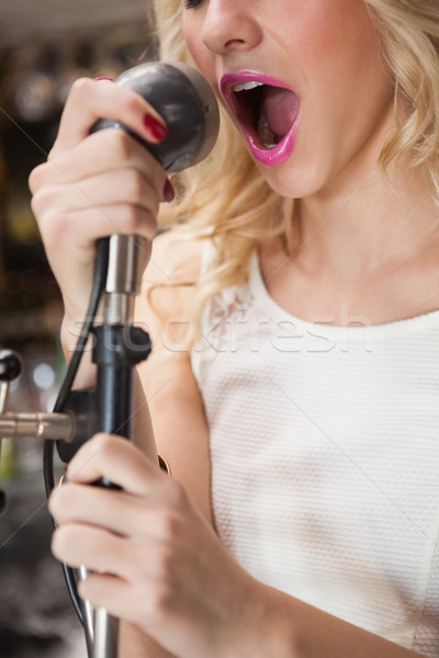 Hermosa cantando micrófono discoteca Foto stock © wavebreak_media
