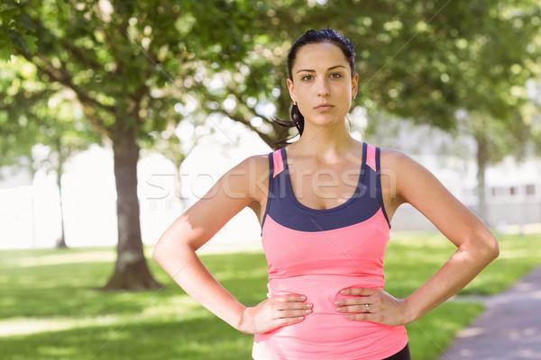 Geschikt brunette denken handen heupen park Stockfoto © wavebreak_media