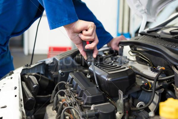 Meccanico cacciavite motore riparazione garage servizio Foto d'archivio © wavebreak_media