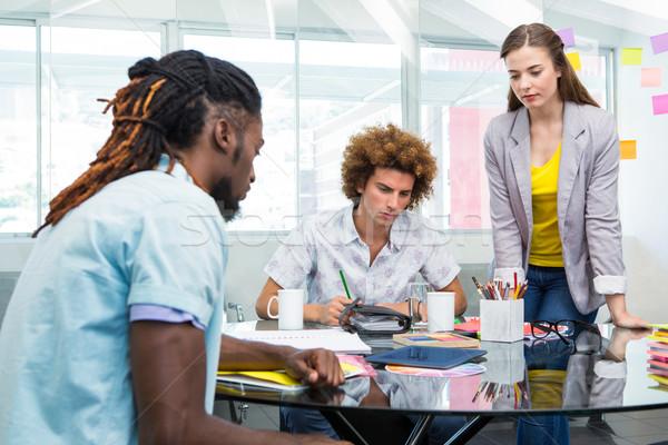 Kreatív üzletemberek dolgozik asztal fiatal irodai asztal Stock fotó © wavebreak_media