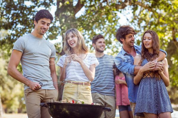 Stockfoto: Gelukkig · vrienden · park · barbecue · man
