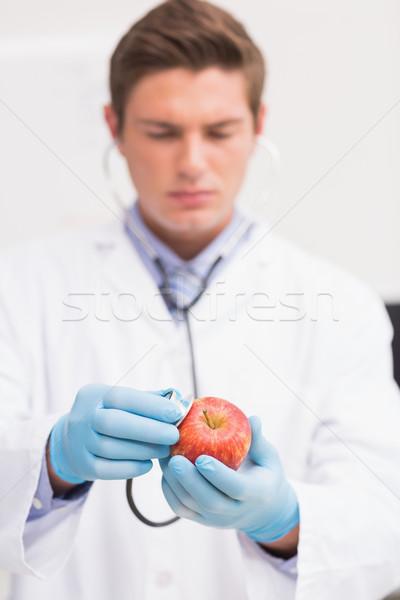 Cientista escuta maçã estetoscópio laboratório escolas Foto stock © wavebreak_media