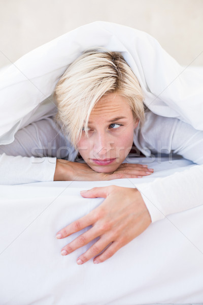 Triest blonde vrouw bed slaapkamer home vrouwelijke Stockfoto © wavebreak_media