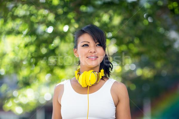Mulher amarelo fones de ouvido cidade Foto stock © wavebreak_media