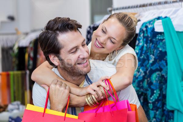 Mosolyog pár bevásárlótáskák átkarol ruházat bolt Stock fotó © wavebreak_media