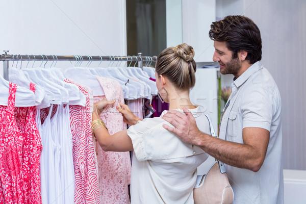 Sorridente casal olhando roupa roupa armazenar Foto stock © wavebreak_media