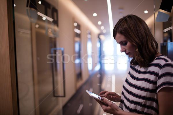 Femeie de afaceri telefon mobil birou sticlă comunicare corporativ Imagine de stoc © wavebreak_media