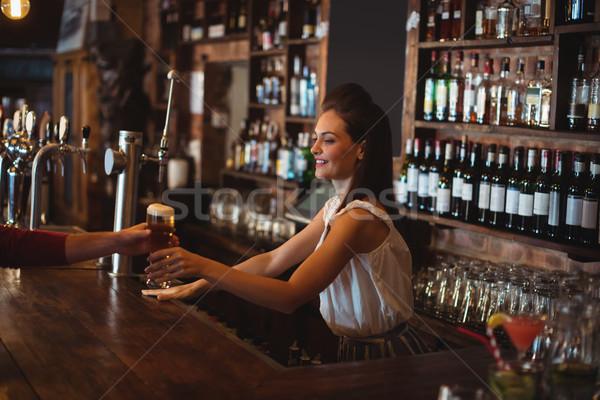 Feminino bar tenro vidro cerveja cliente Foto stock © wavebreak_media