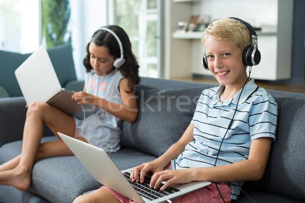 Broers en zussen luisteren naar muziek met behulp van laptop woonkamer home computer Stockfoto © wavebreak_media