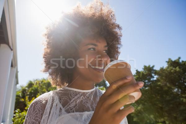 Lächelnd halten Einweg- Tasse Stock foto © wavebreak_media