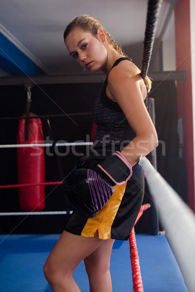 Portrait déterminé femme permanent boxe anneau Photo stock © wavebreak_media