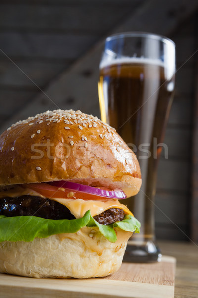 Burger vidrio cerveza tabla de cortar alimentos madera Foto stock © wavebreak_media
