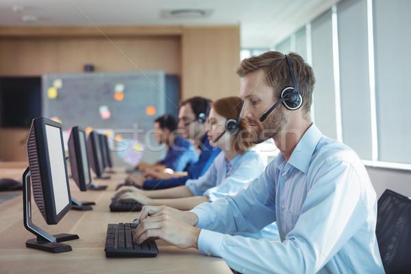 Zakenman typen toetsenbord call center zijaanzicht bureau Stockfoto © wavebreak_media