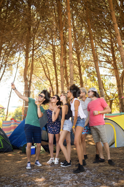Teljes alakos derűs barátok elvesz táborhely áll Stock fotó © wavebreak_media