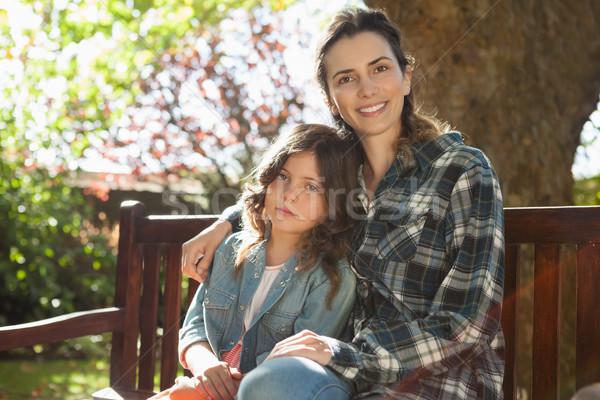 Portret glimlachend mooie vrouw vergadering dochter houten Stockfoto © wavebreak_media