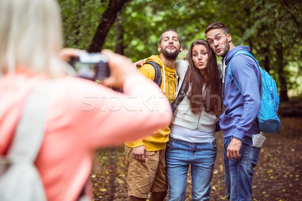 Feliz amigos marcha juntos homem Foto stock © wavebreak_media