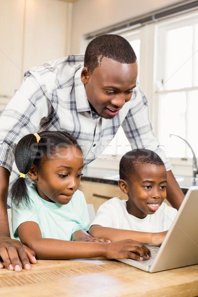 счастливая семья используя ноутбук кухне домой счастливым технологий Сток-фото © wavebreak_media
